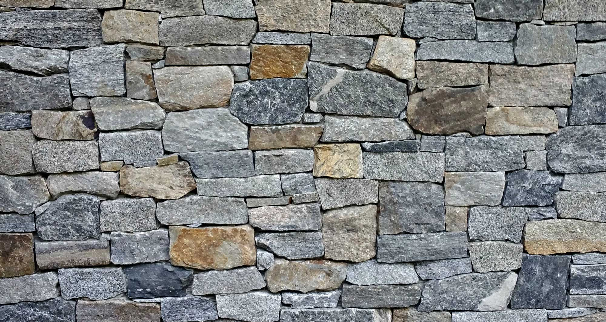 Stones of different thickness in wall