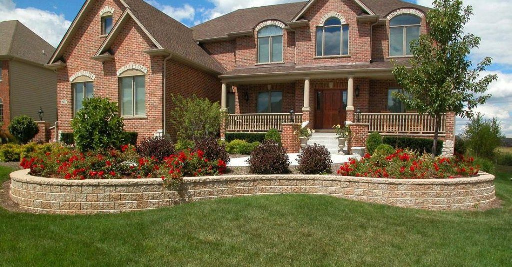 Short wall in a circular design around home and landscaping